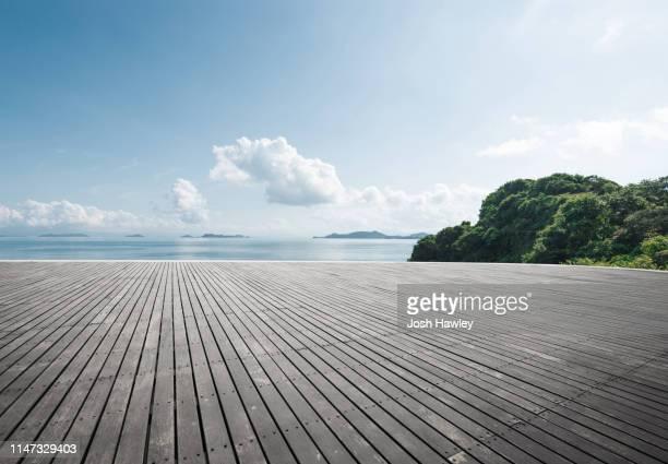 seaside wooden parking lot - terrasse panoramique photos et images de collection
