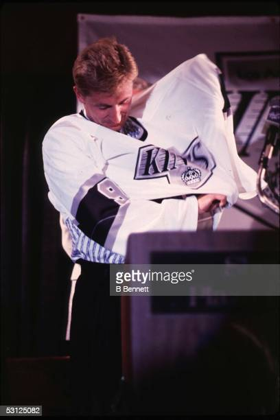 Gretzky tries on Kings jersey for the first time