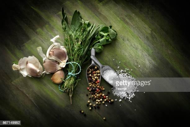 Assaisonnement: Ail, Bouquet Garni, sel et poivre nature morte