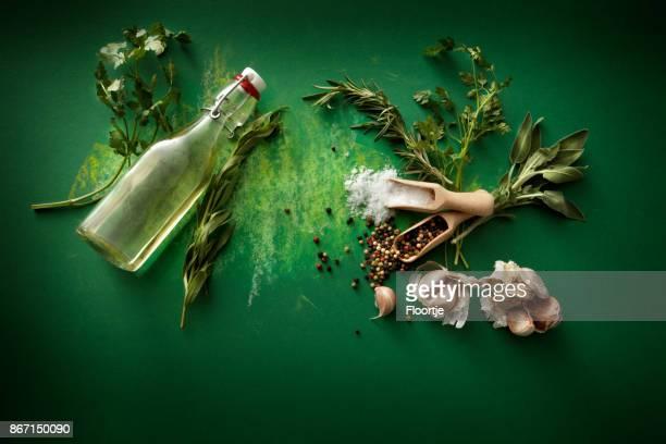 調味料: ハーブ、オリーブ オイル、ニンニク、塩、コショウのある静物