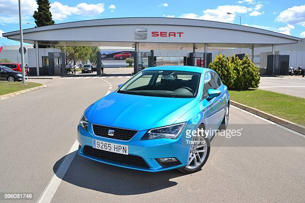 seat leon stopped in front of the seat factory - provinz leon stock-fotos und bilder
