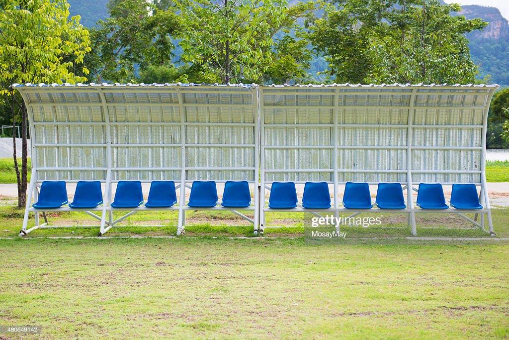 Bancos para treinadores e atletas no campo de futebol : Foto de stock