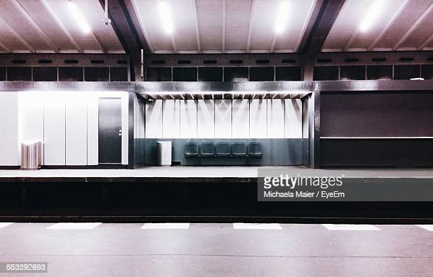 seats on subway platform - subway platform stock pictures, royalty-free photos & images