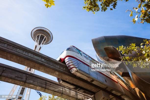 seattle center monorail and spece needle, seattle, usa - seattle center stock-fotos und bilder