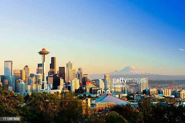 seattle city skyline and mount rainier usa - mt rainier stock pictures, royalty-free photos & images
