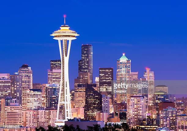 seattle skyline der stadt bei nacht in den usa - space needle stock-fotos und bilder