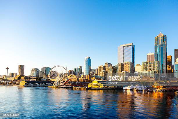 seattle downtown waterfront with space needle and great wheel - waterkant stockfoto's en -beelden