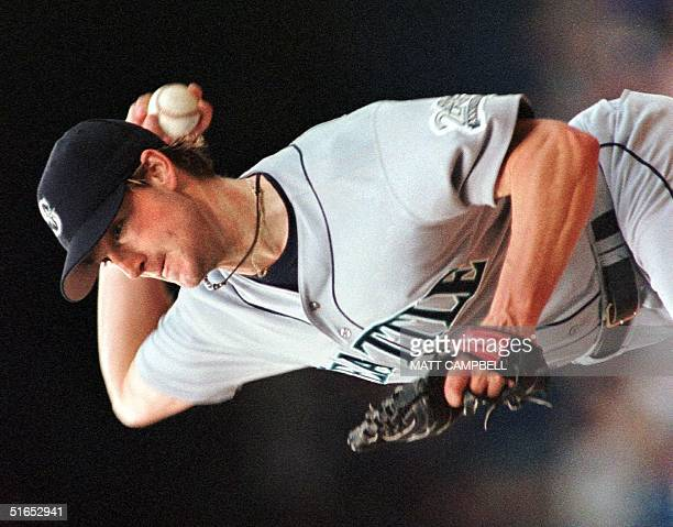 Seattle Mariners pitcher Derek Lowe throws in the second inning of Seattle's 06 June game against the Detroit Tigers at Tiger Stadium in Detroit,...