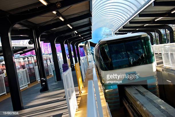 seattle monorail ziehen in-station - seattle center stock-fotos und bilder