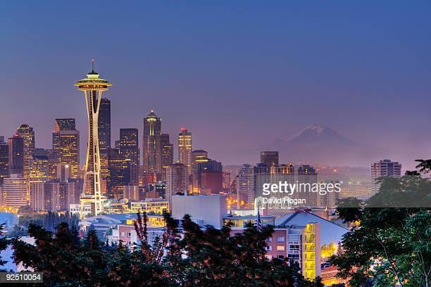 seattle skyline at dusk - seattle foto e immagini stock