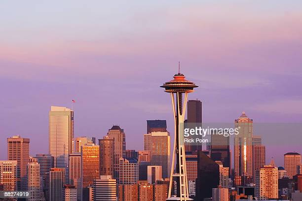 seattle skyline at sunset - space needle stock-fotos und bilder