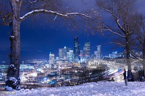 skyline von seattle im winter - seattle stock-fotos und bilder