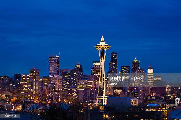 seattle skyline bei nacht an weihnachten - space needle stock-fotos und bilder