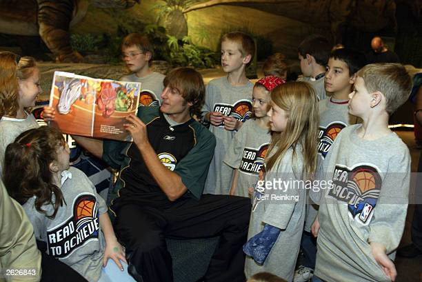 Seattle SuperSonics Brent Barry reads to students at the Pacific Science Center October 21 2003 in Seattle Washington NOTE TO USER User Expressly...