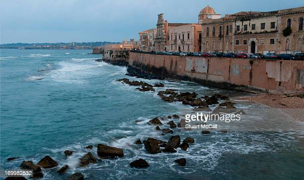 seawall of ancient city of ortegia - seawall stock pictures, royalty-free photos & images