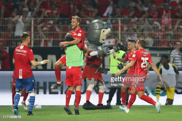 Sebastian Andersson of FC Union Berlin celebrates with his team mates after scoring his team's third goal during the Bundesliga match between 1 FC...