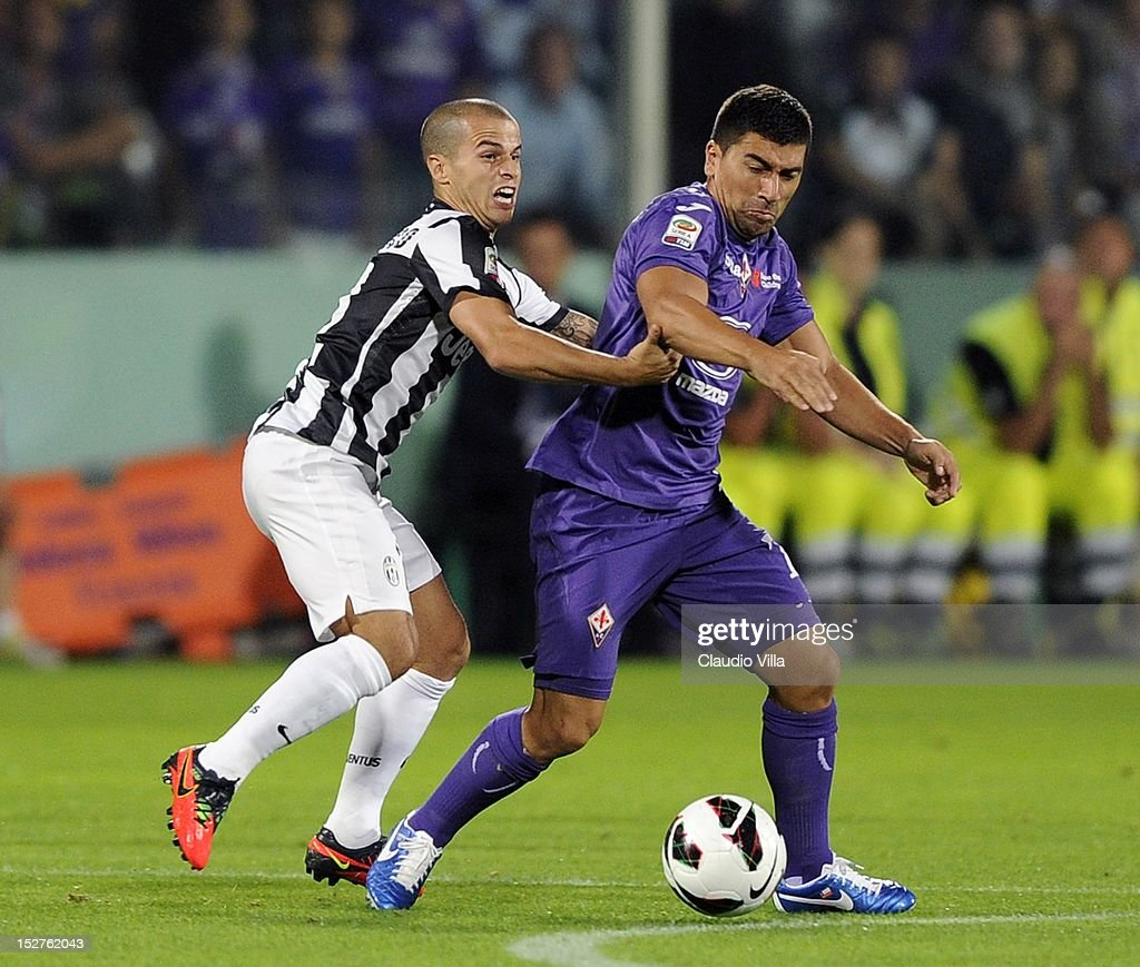 Sebastian Giovinco (L) of FC Juventus and David Pizarro of ACF Fiorentina compete for the ball during the Serie A match between ACF Fiorentina and FC Juventus at Stadio Artemio Franchi on September 25, 2012 in Florence, Italy.