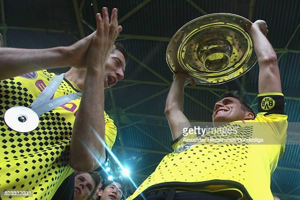 Sebastian Kehl vom BVB Borussia Dortmund feiert den Gewinn der Deutschen Meisterschaft 2011/2012 nach dem Bundesligaspiel zwischen Borussia Dortmund...
