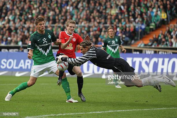 Sebastian Proedl and Tim Wiese of Bremen and Andre Schuerrle of Mainz battle for the ball during the Bundesliga match between Werder Bremen and FSV...