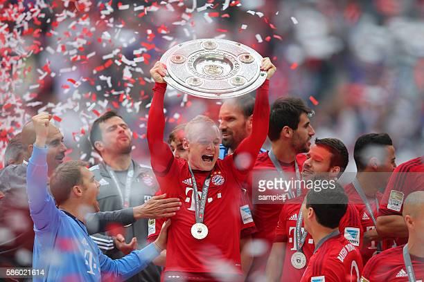Sebastian Rode FC Bayern München mit Meisterschale deutscher Fussball Meister 2015 FC Bayern München Meisterschaft FC Bayern München - Mainz 05 1...