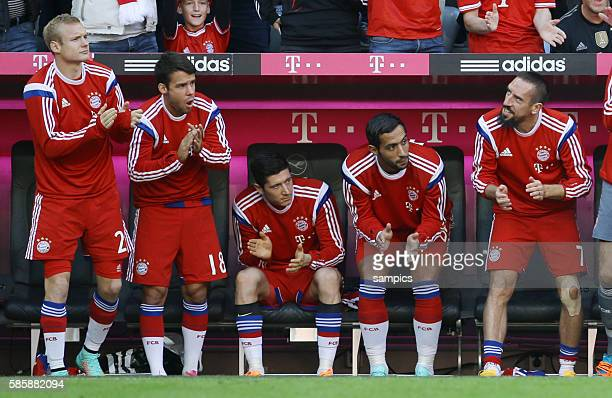 Sebastian Rode , Juan Bernat , Robert Lewandowski , Mehdi Benatia und Franck Ribery klatschen Beifall nach dem Tor zum 3:0 Fußball 1.Bundesliga : FC...