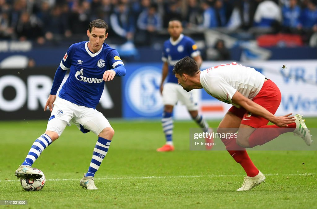 Sebastian Rudy of Schalke 04 controls the ball during the ...