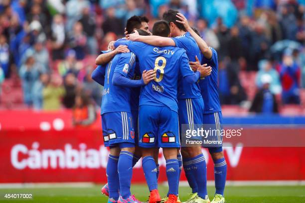 Sebasti‡an Ubilla of U de Chile celebrates with his teammates after scoring the first goal of his team against Huachipato during a match between U de...