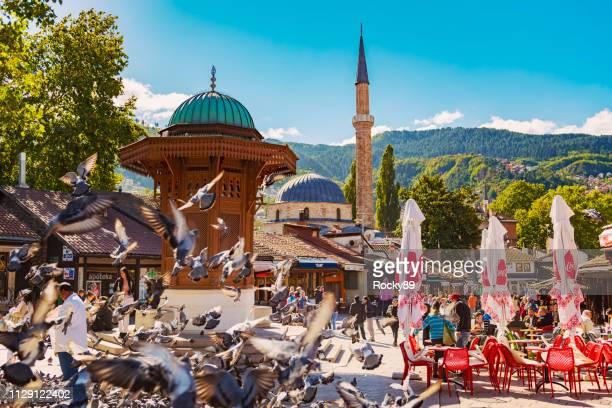 sebilj fountain at baščaršija with baščaršijska džamija in the old town of sarajevo, bosnia - bosnia and hercegovina stock pictures, royalty-free photos & images