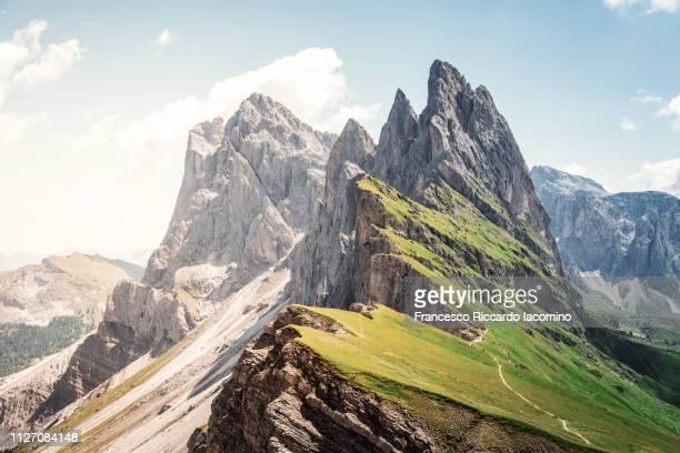 seceda mountain peak with green field - iacomino italy foto e immagini stock