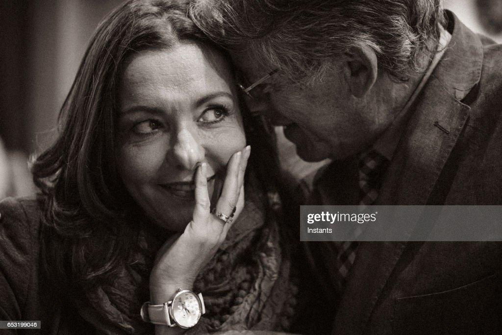 Eine zweite Chance... Ersten romantischen Abend in einem Café für ein älteres Paar nach einigen Jahren der Einsamkeit. Schüchterner Art und Weise als der Mann verhält die Frau. : Stock-Foto