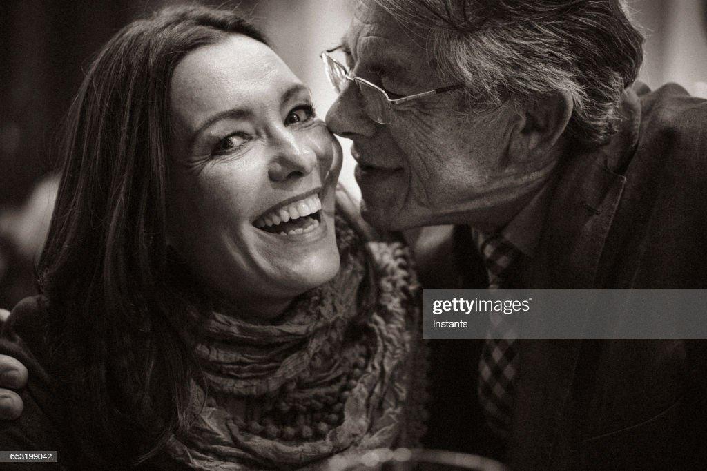 Een tweede kans... Romantische avond in een café voor een volwassen paar verliefd na enkele jaren van eenzaamheid. : Stockfoto