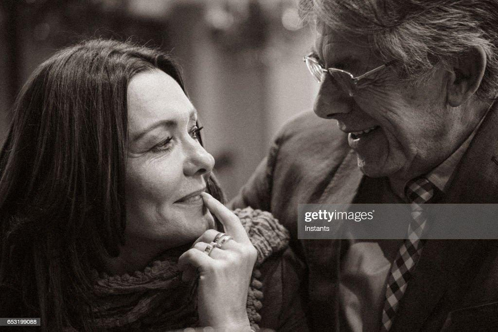 En andra chans... Romantisk kväll på ett café för en äldre par kär i efter några år av ensamhet. : Bildbanksbilder