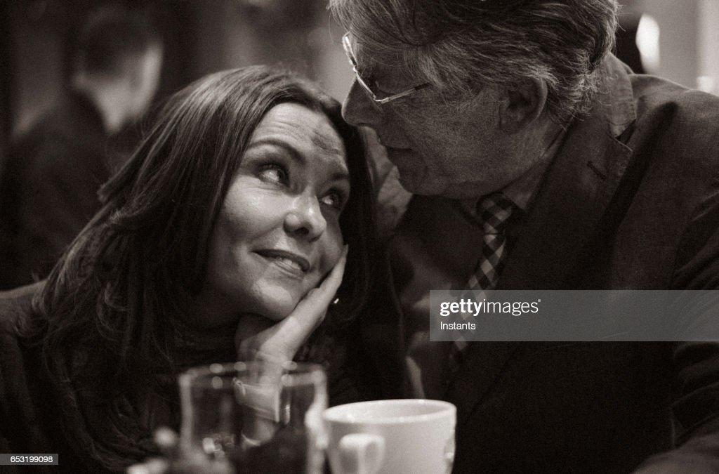 2 番目のチャンス.孤独のいくつかの年後に恋に落ちる中高年のカップルのためのロマンチックな夕方カフェ。 : ストックフォト