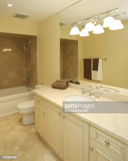 La salle de bains au deuxième étage
