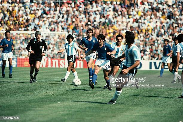 Second round match of the 1982 FIFA World Cup between Italy and Argentina. With the ball, Paolo Rossi . | Location: Barcelona, Spain.
