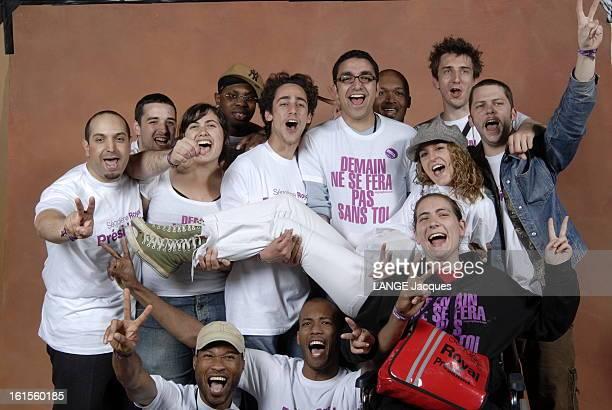 The Royal Generation Photo studio photo de groupe avec Thomas HOLLANDE entouré de jeunes de la 'Ségosphère' portant des teeshirts à la gloire de...