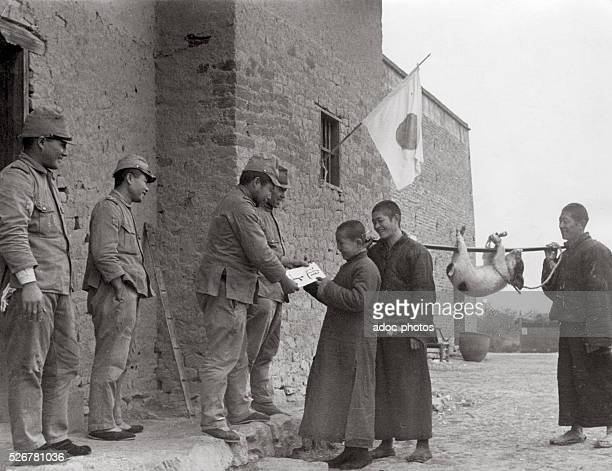 Second SinoJapanese War Chinese peasants fraternizing with Japanese soldiers near Wuhan In January 1939