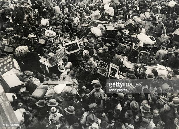 Second SinoJapanese War The crowd of the Chinese refugees entering in the French concession of Shanghai In December 1940