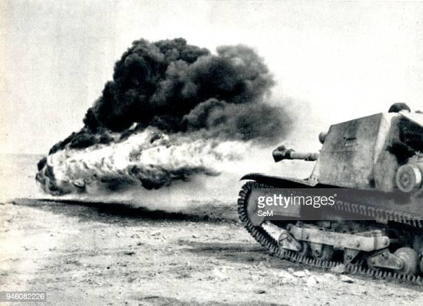 Second World War 1941 Guerra in Africa Carro lanciafiamme leggero di fabbricazione italiana attacca un reparto di fanteria indiana in Marmarica