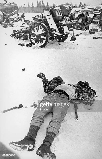 Second World War A dead Soldier lying on the snow He was killed during German offence on Moscow in December 1941 Moscow 1941 [Zweiter Weltkrieg Ein...