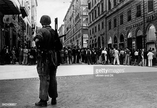 Second World War Italy German Troops in Rome after the Italian capitulation paratroopers guarding the Italian ministry of internal affairs September...
