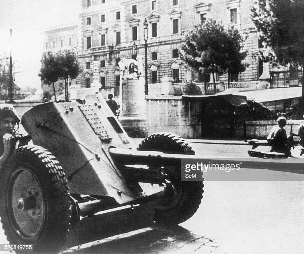 Second World War1943 Armistice in Italy Battle of Rome German antitank gun and paratroopers deployed in a street of Rome during the fighting with the...