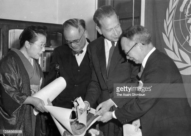 Secreatry-General Dag Hammarskjold talks with Japanese Foreign Minister Mamoru Shigemitsu on Japan's affiliation to the United Nations at Haneda...