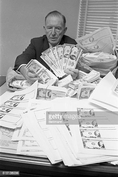 Secret Service agent Forest Sorrells is surrounded by 25000 photo copies of a 10 dollar bill that made up and advertising gimick Seems a Dallas...