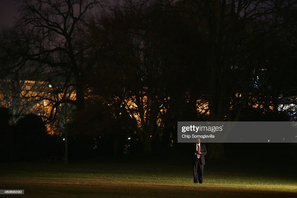 S. Secret Service agent stands on the South Lawn before U.S. President Barack Obama and his family leave the White House for their holiday vacation December 19, 2014 in Washington, DC. The first family will spend Christmas and the New Year in Hawaii.