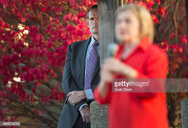 Secret Service agent watches while Democratic presidential candidate Hillary Clinton speaks to guests at a campaign event on November 3 2015 in...