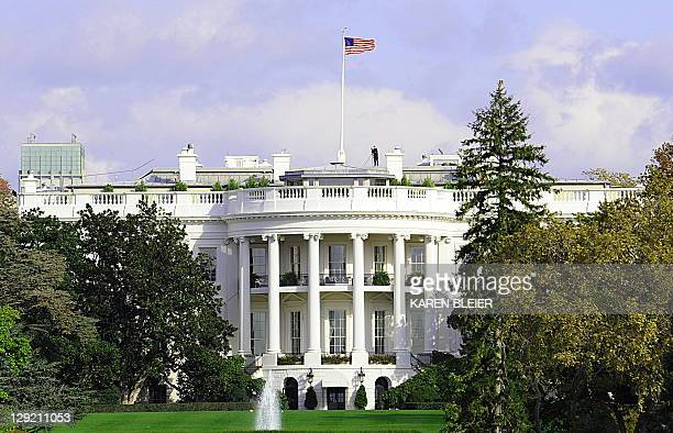 A Secret Service officer mans his post on the roof of the White House is seen on October 29 2008 in Washington DC AFP PHOTO/Karen BLEIER