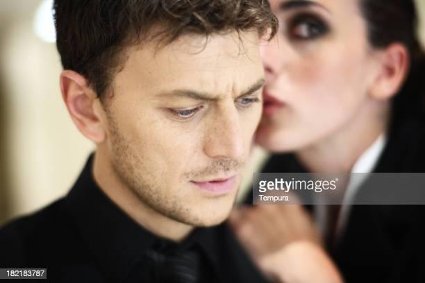 Secret, jeune femme parlant à un homme de oreille _horizontal