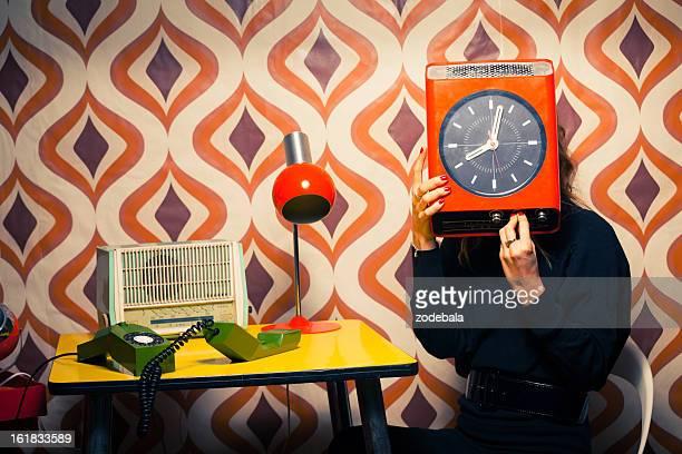 Secretario en Vintage oficina sosteniendo un reloj