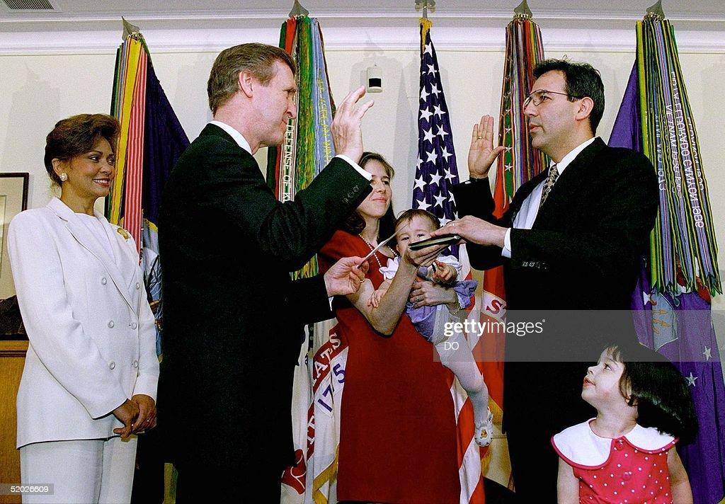 Secretary of Defense William S. Cohen (2nd L) admi : News Photo